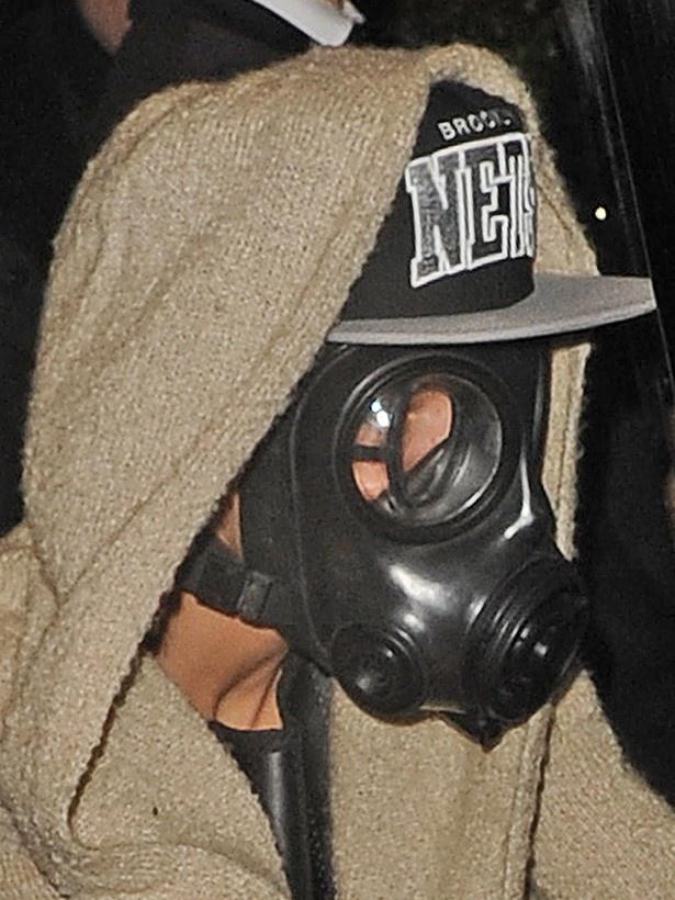 ガスマスクを被って街を歩くなど奇怪な行動も報じられている