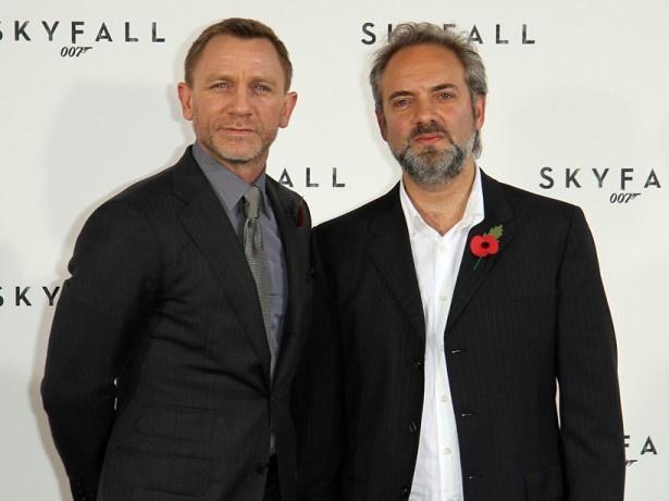 次回作は降板することを発表した『007 スカイフォール』のサム・メンデス監督(写真右)