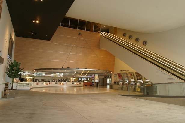 """""""デザイナーズ・シネコン""""をテーマに建築されているユナイテッド・シネマ。緑に囲まれ外光が入る開放的なデザインがとしまえんのポイント"""