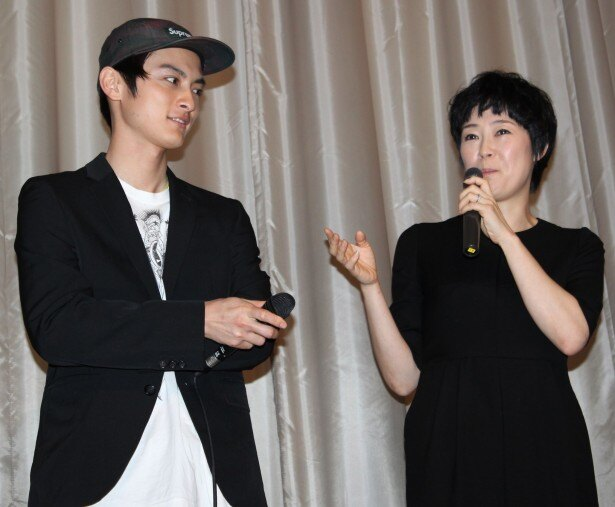 笑顔で若松監督との思い出を語る寺島しのぶと高良健吾
