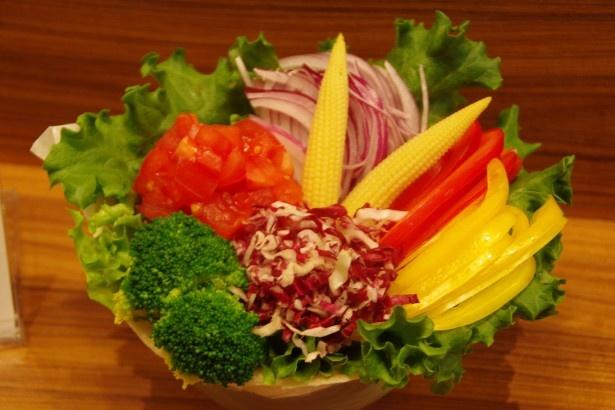 【写真を見る】花束のような野菜サラダを豪快にトルティーヤで巻いたブーケサンド