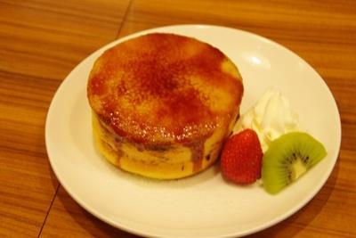 ホットケーキにクリームチーズをのせ表面を香ばしくキャラメリゼ