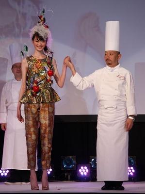 松島義典さん監修。リンゴが華やかに衣装を彩っている