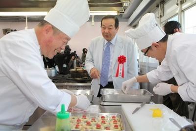 「第7回新メニューコンテスト」決勝大会の調理風景