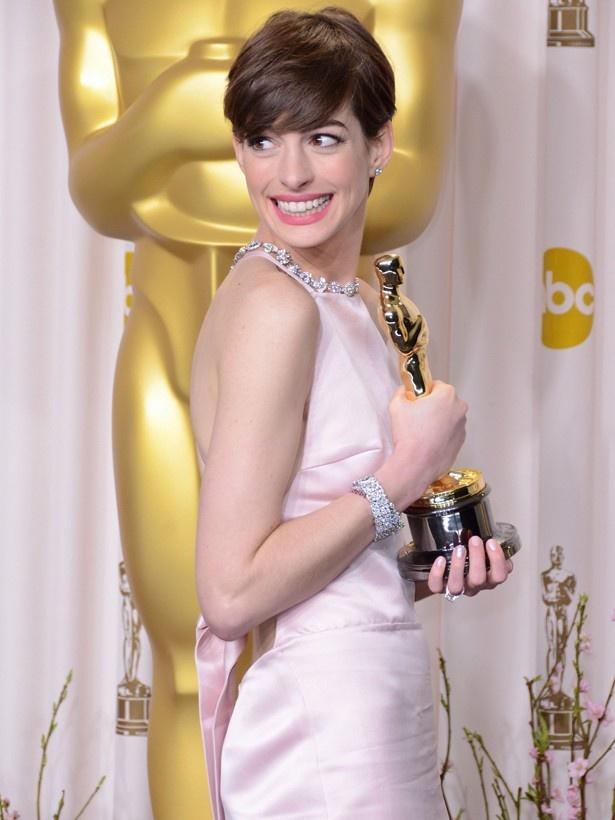 アカデミー賞助演女優賞に輝いたアン・ハサウェイの稼ぎは、テイラーの5分の1以下