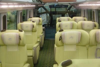 観光特急しまかぜの車内。3列シートで広々!本革シートで、エアクッションやレッグレスト、マッサージ機能などを備える