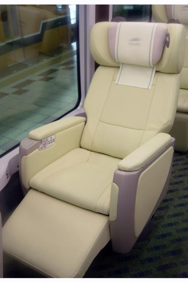 観光特急しまかぜのシートはシートが倒し、足元のフットレストをせり上げて座るとさらに快適に!