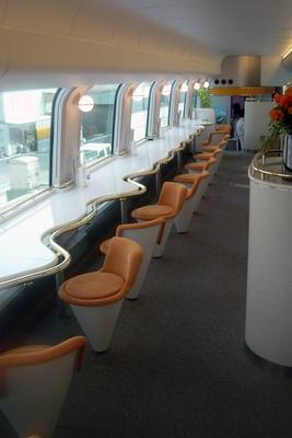 観光特急しまかぜのカフェ車両の2階。車窓を見ながら軽食&カフェメニューが楽しめる