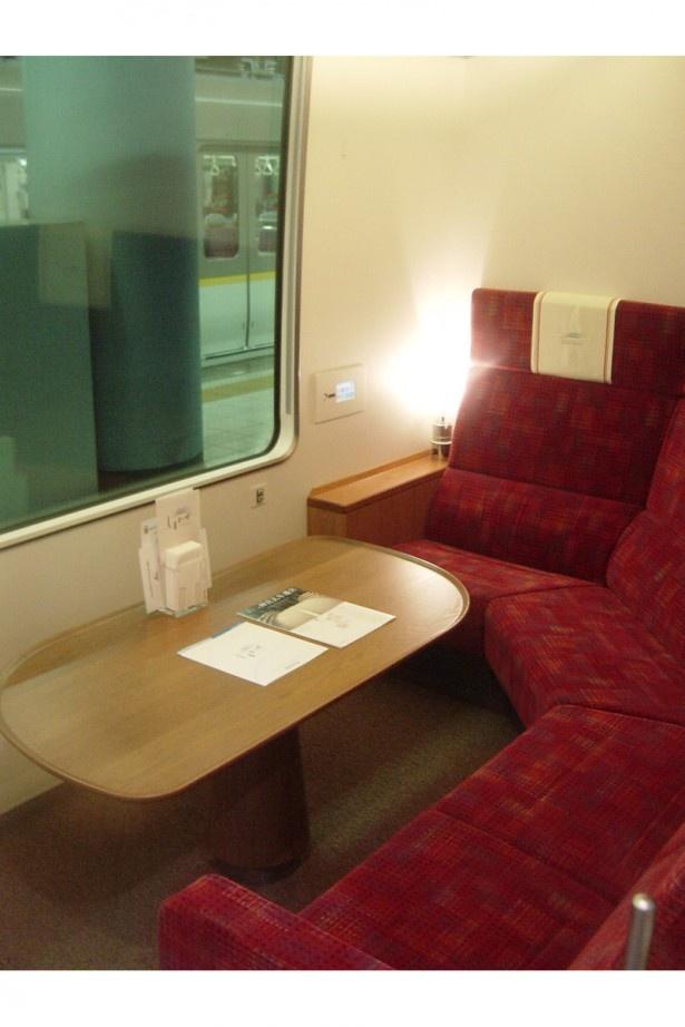 観光特急しまかぜの洋風個室。個室にはモニターがあり、運転席についたカメラからの運転手目線の景色も楽しめる