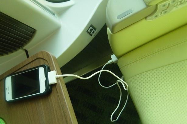 コンセントが各シートに付いているのでスマホの充電もできる!