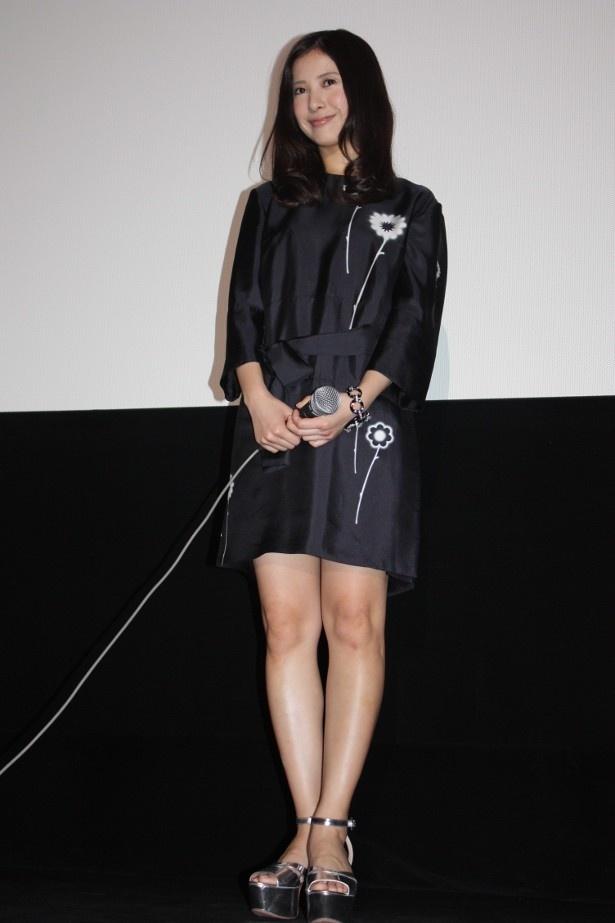 【写真を見る】吉高由里子は黒のミニワンピースで登壇