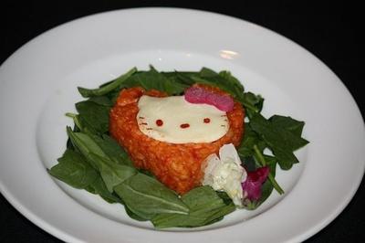 メイン料理の「アリスキティのトマトクリームリゾット モッツアレラチーズとほうれん草添え」(1150円)
