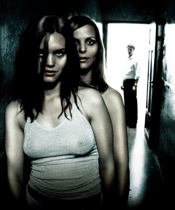 【写真を見る】薄着で誘っているようにも見える姉妹がちょっと怖い