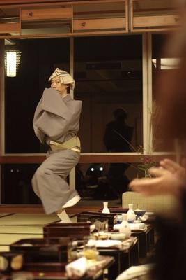 【写真を見る】幇間の喜久次が芸を披露!