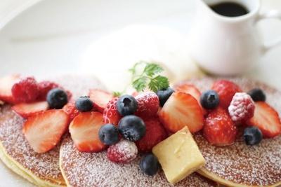 【写真を見る】カラフルなベリーのせやお食事パンケーキも