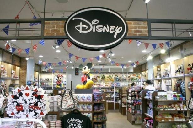 古き良きアメリカの雰囲気を再現したデザインの店内
