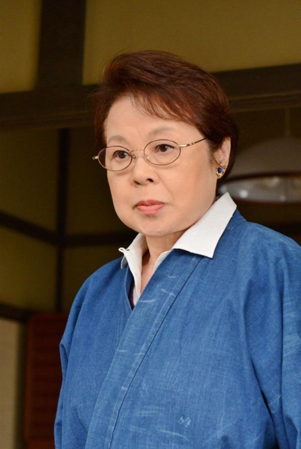 殺人事件の鍵を握る女性助産師・悠里子を演じる市原悦子