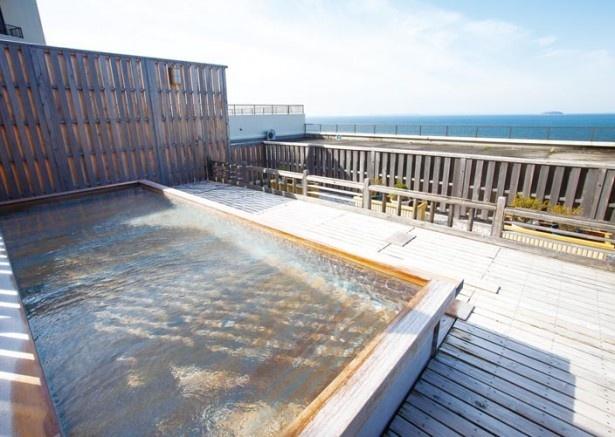 青い海と空に包まれる開放的な露天風呂