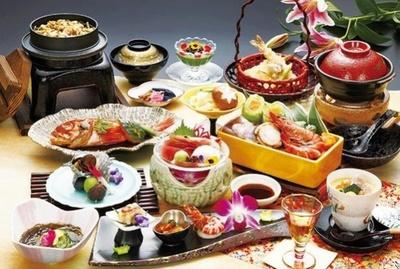 海鮮鍋、刺身、煮魚など全13品でボリューム満点の会席料理