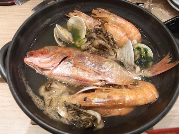 【写真を見る】鯛が一匹丸ごと!ボリューム大で豪華な和風アクアパッツア(1200円)