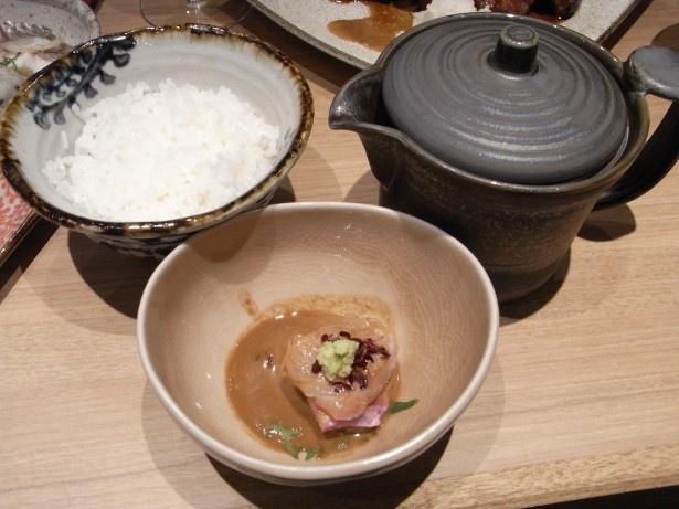 鯛茶漬け(680円)。ゴマ醤油に和えた鯛の刺身を煎茶と合わせた出汁をかけていただく