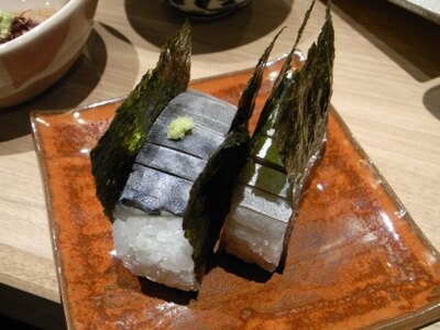 鯖寿司(680円)。優しい酢加減でしめた新鮮で肉厚の鯖がのる
