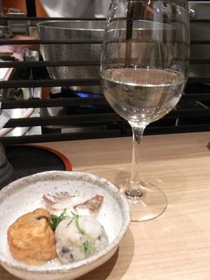 特別純米(岩手)の南部美人(600円)。ワインや日本酒の種類も豊富。冷酒はグラスで提供