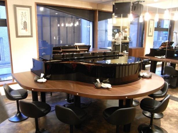 演奏がない時は2階のグランドピアノの周りも座席に