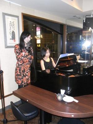 毎晩ジャズシンガーの歌声とピアノの生演奏を堪能できる