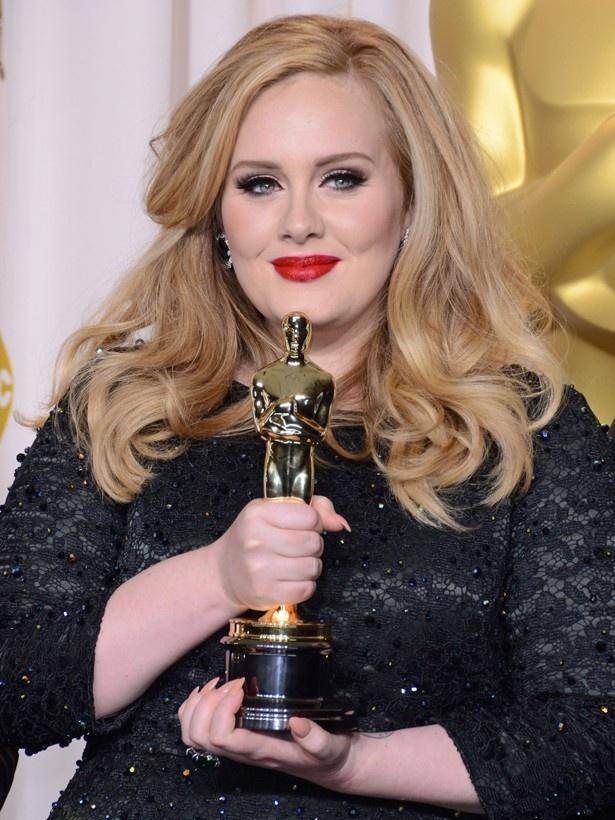 【写真を見る】『007 スカイフォール』で第85回アカデミー歌曲賞を受賞したアデル