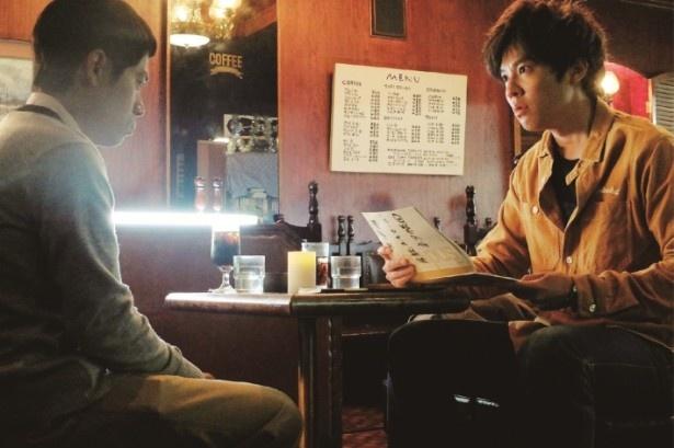 お笑いコンビ・房総スイマーズの田中を演じる伊藤淳史と甲本を演じる小出恵介