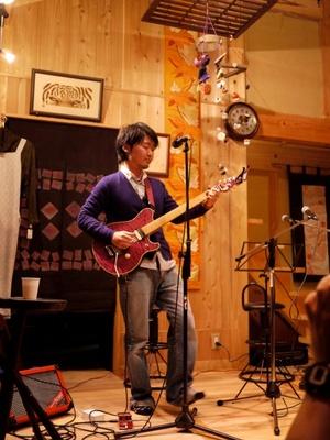 シンガーソングライターの坂口裕樹さんの無料ライブが楽しめる!