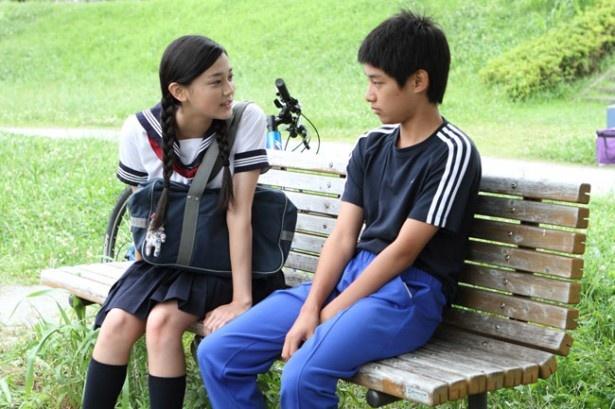 【写真を見る】『中学生円山』の刈谷友衣子。セーラー服姿がキュート!