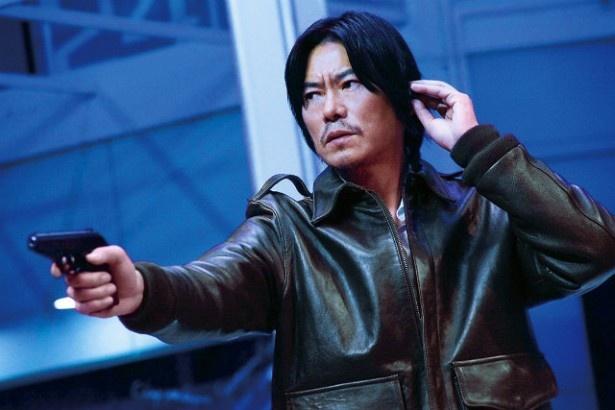 【写真を見る】豊川悦司扮する浅間刑事が銃を構えるシーンにしびれる!
