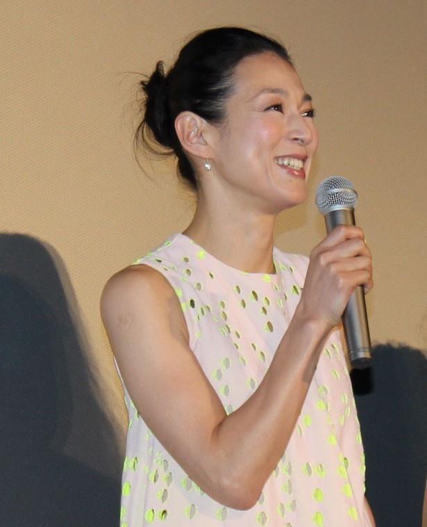 鈴木保奈美は変わらぬ美しさと輝くような笑顔で登場!
