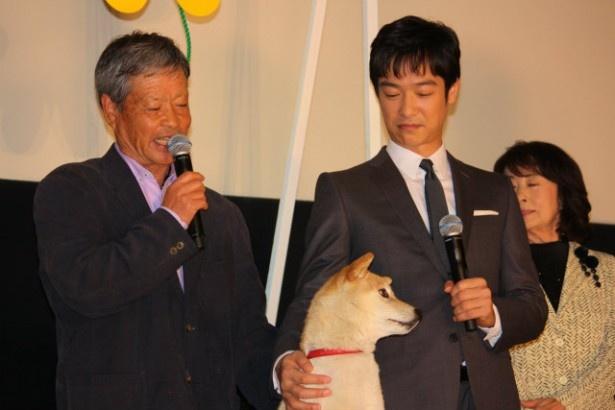 最後にひまわり役を演じた犬のイチも登壇