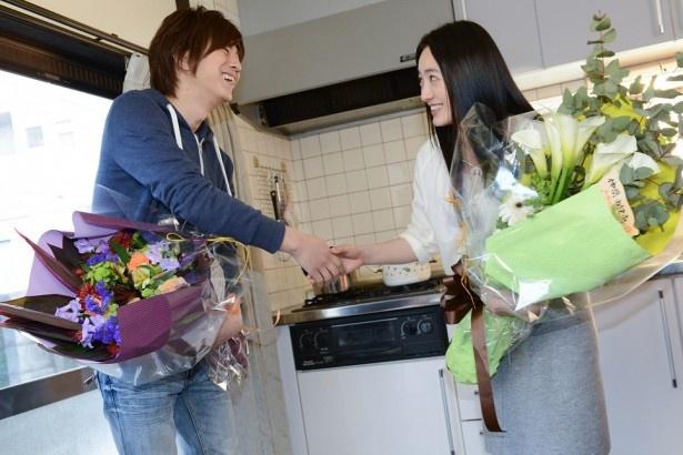 【写真】クランクアップで、握手を交わす三浦翔平と仲間(写真左から)