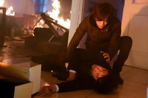 燃える須藤家の中で、倒れた須藤(高嶋政伸)を見つける新田隼人(三浦)