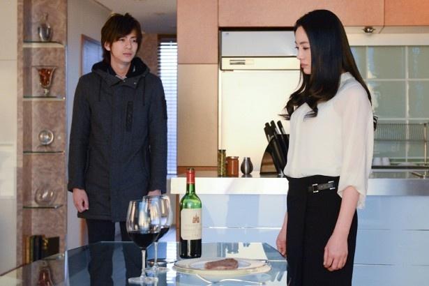 隼人(三浦)に片方のワイングラスに毒が入っていることを明かし、二つのうちどちらかを選ぶように迫るサキ(仲間)