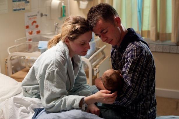 恋人レオニーとの間に息子を授かったロビーは、家族のために真っ当な道を歩むことを決心する