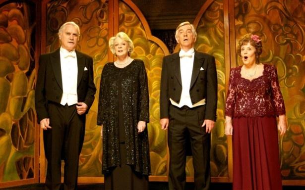 【写真を見る】マギー・スミス、トム・コートネイらが元オペラ歌手役に扮し、歌声を披露
