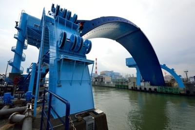 大阪が誇るアーチ型三大水門の一つ、尻無川水門。ブルーのボディーがまぶしい。