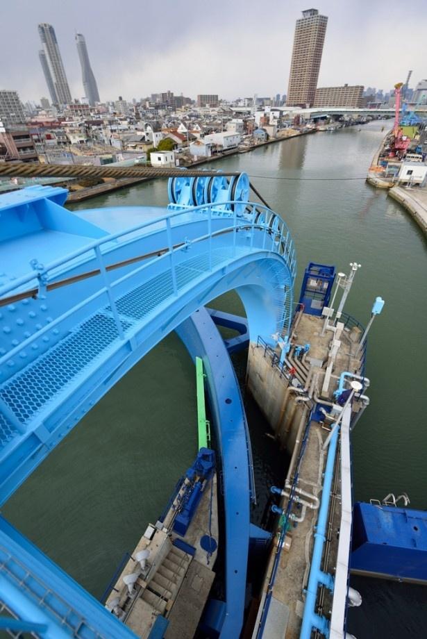 今回特別に上がらせてもらった巻上機室の高さから水門の下部をのぞむ。