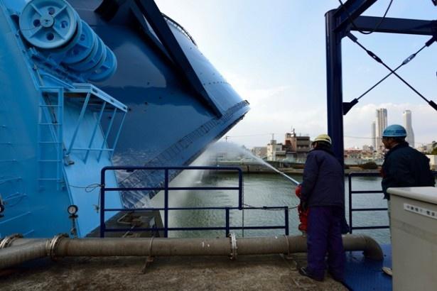 川から上がってくるとき、付着したヘドロを洗い流す。近くで見るとその巨大さに圧倒される
