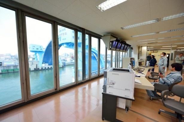 水門の様子を見ながら操作を行う、制御室の様子も見学