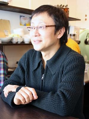 インタビューに応える松尾さんの真剣な目に注目