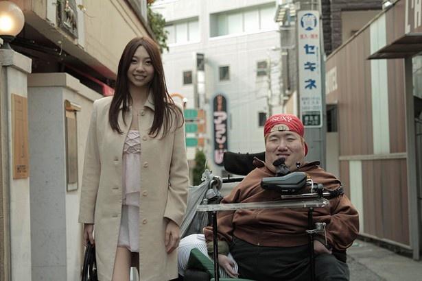 【写真を見る】ゆうばり映画祭でグランプリを獲得!障害者の性の実態に挑んだ『暗闇から手をのばせ』