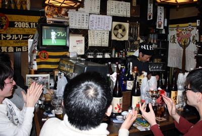 日本チームの猛打に盛り上がる店内