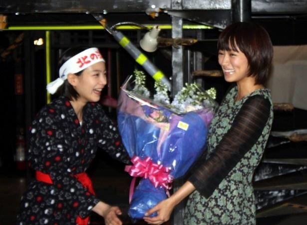 花束を受け取った能年は開口一番「ありがとうございます!」と爽やか