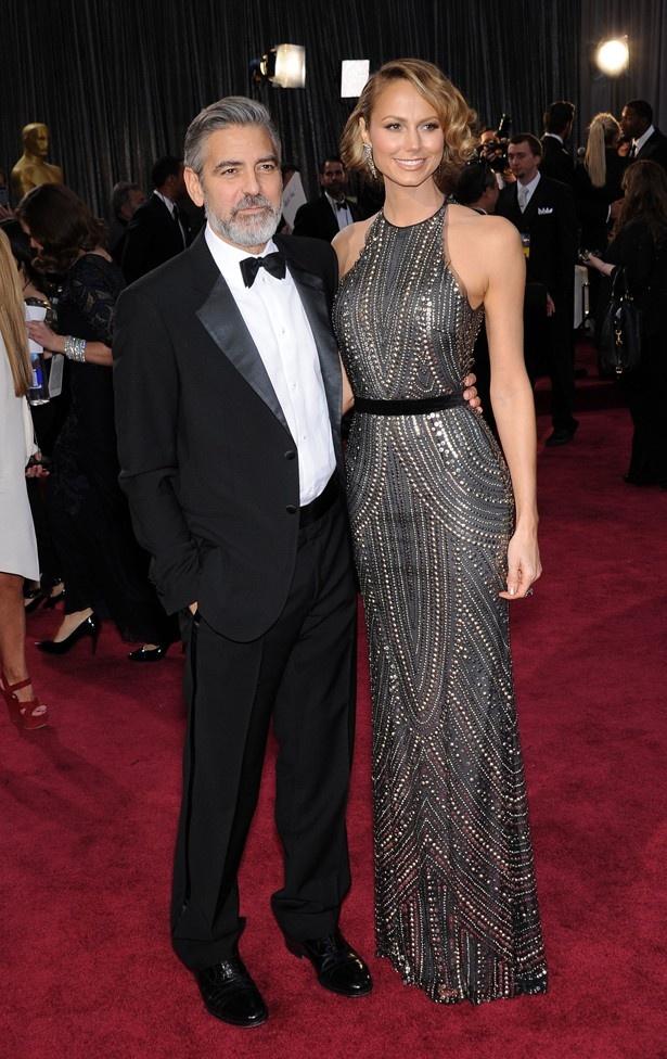 【写真を見る】二年連続でアカデミー受賞式にステイシー・キーブラーを伴って登壇したジョージ・クルーニー